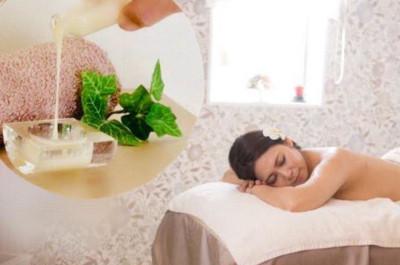 マッサージを受けるためにうつぶせに寝る女性の写真